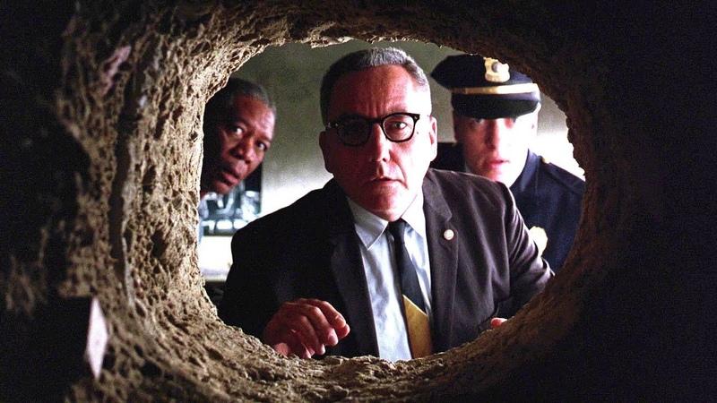 Начальник тюрьмы находит в камере Энди Дюфрейна дыру в стене Побег из Шоушенка 1994 год