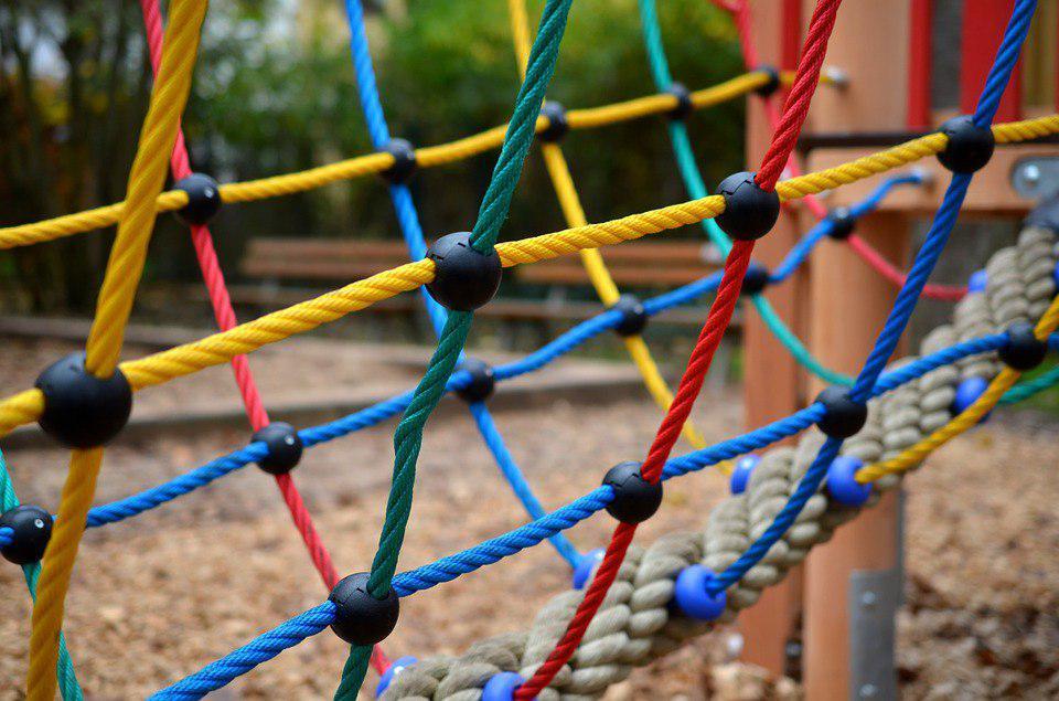 Коммунальные службы починили игровой элемент на детской площадке в Выхине-Жулебине