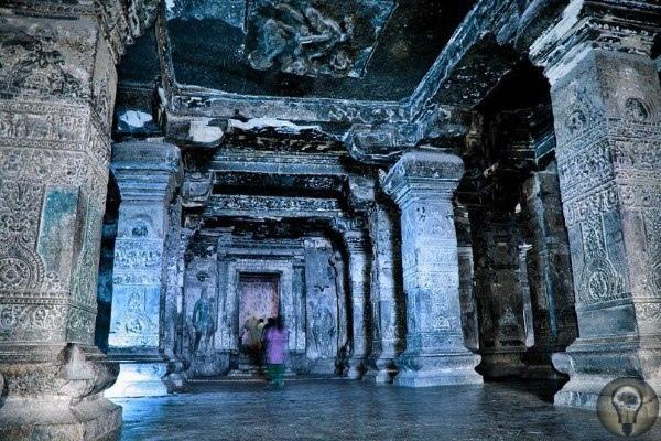 Храм Кайлаш в Эллоре Кайлаш(Кайласанатха) -храмс тысячелетней историей. Одни эксперты утверждают, что он был вырезан в скале сотни лет назад, другие же утверждают, чтохрамууже исполнились