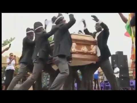 Весёлые похороны танцы с гробами на плечах