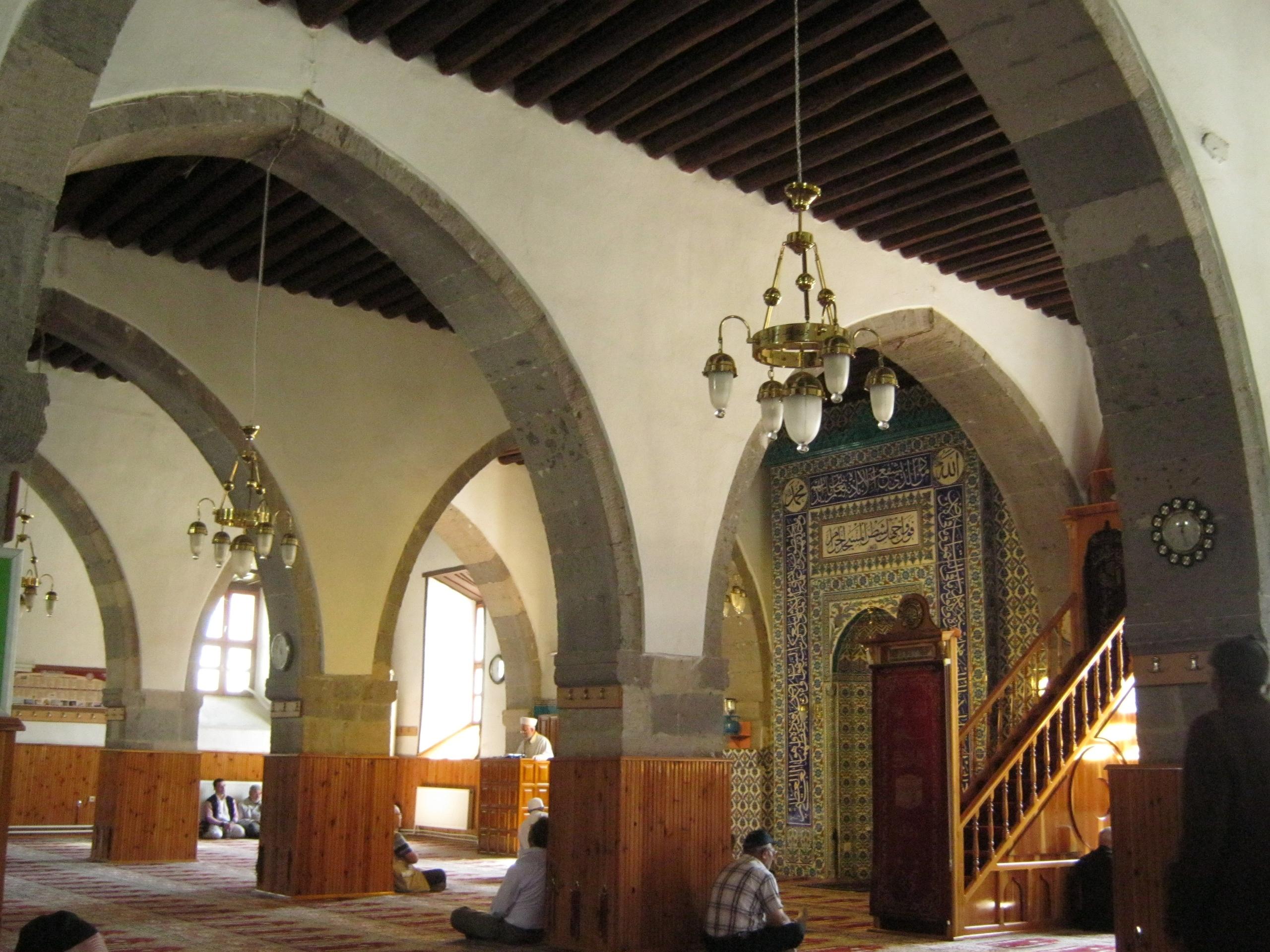 В старинной мечети имам читает проповедь