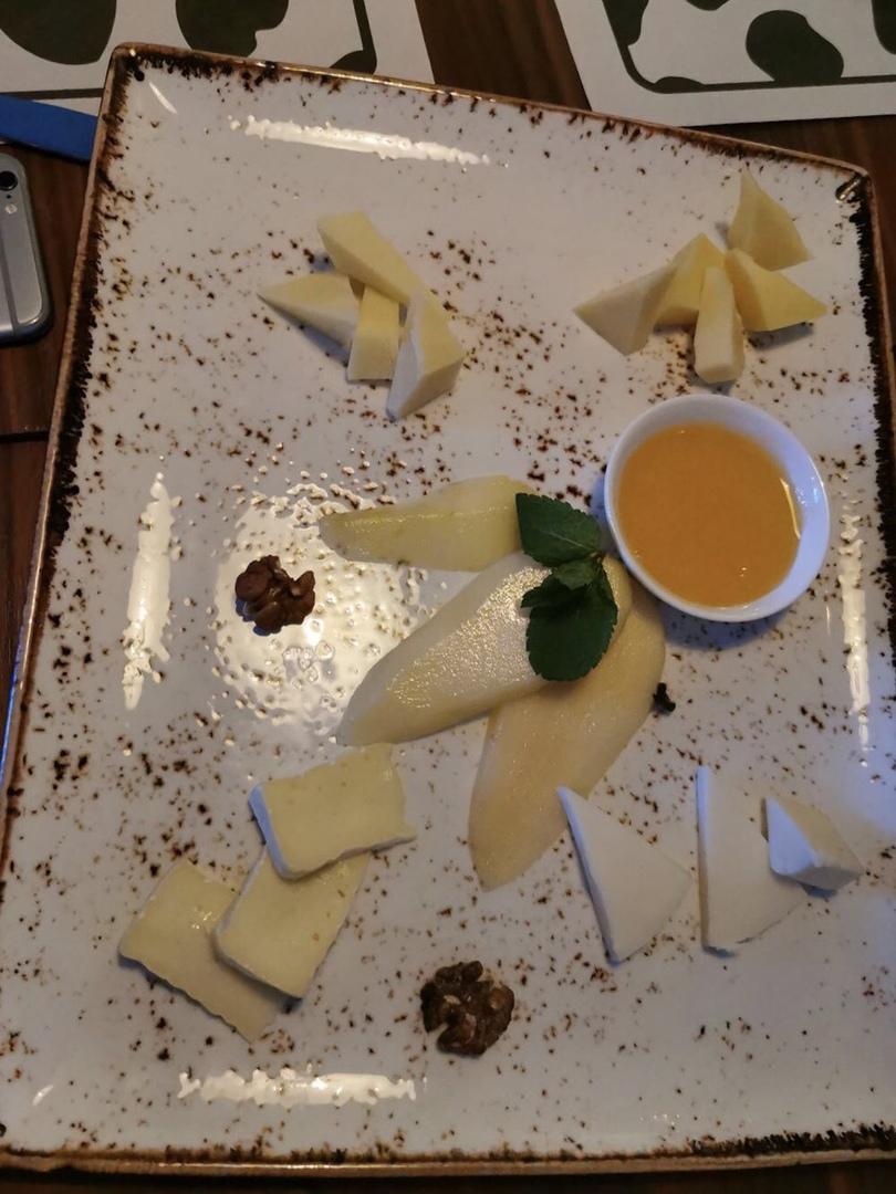 """В сети обсуждают сырную тарелку из """"Коровы"""". Как думаете, какова её цена?"""