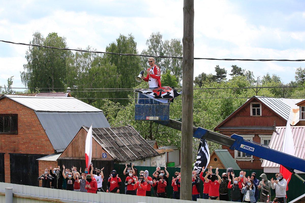 Фанаты «Спартака» поддержали команду на базе в Тарасовке (Видео)