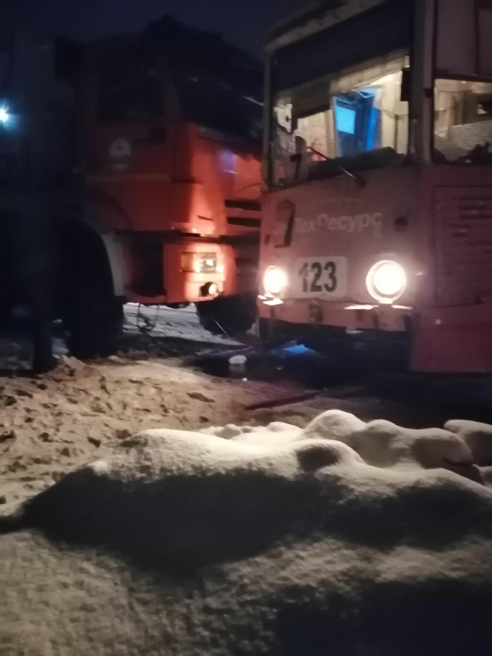 На ясной поляне, на переезде на северный АВАРИЯ, у магазина брудер(пятёрочка) примерно часа 2 назад(22:00).