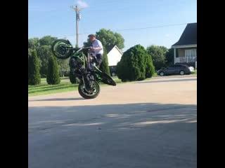 Тим Дизель проверяет мотоцикл после ремонта