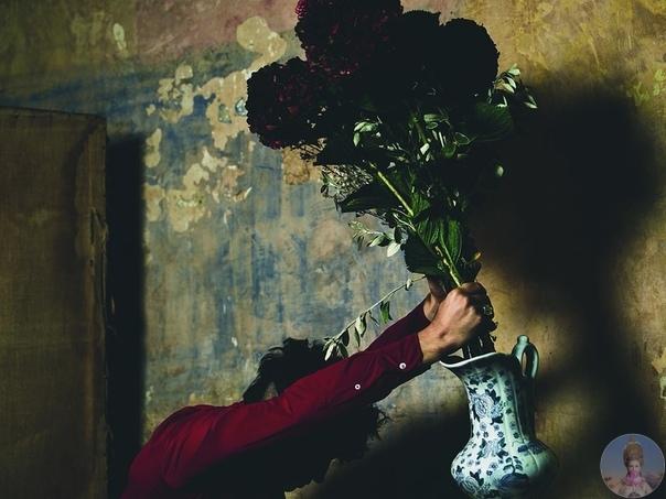 Великолепный Эзра Миллер в образе обезумившего флориста для GQ Italia