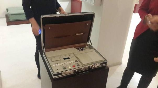 Российский «ядерный чемоданчик» показали в открытом виде Российское телевидение показало, что находится внутри так называемого ядерного чемоданчика устройства, содержащего коды, которые в случае