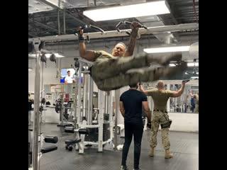 Тренироа военного в тренажерном зале