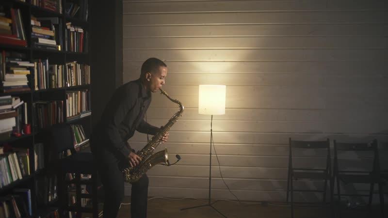 Темнокожий саксофонист