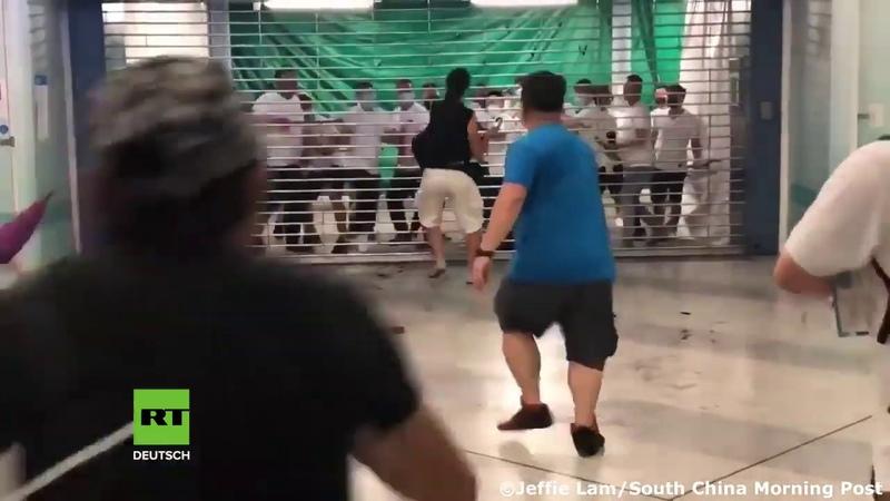 Hongkong Maskierte Männer stürmen U-Bahn und greifen brutal Regierungsgegner und Pendler an
