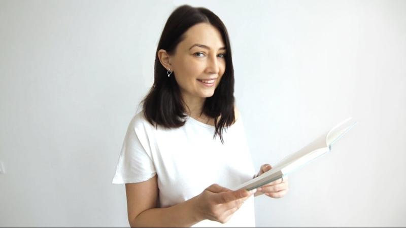 Катерина Бабкіна читає титульний вірш до збірки Щасливі голі люди