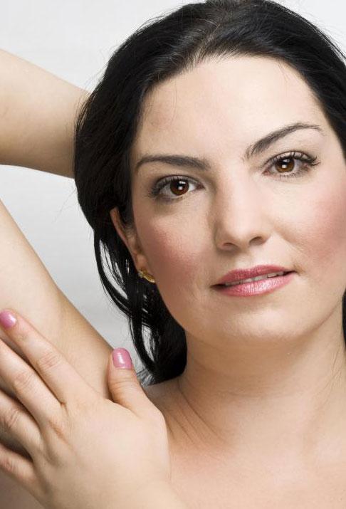 Восточная эпиляция может быть использована для удаления нежелательных волос подмышками.