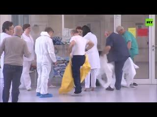 Жёлтый защитный костюм для президента. Владимир Путин посетил больницу в Коммунарке.