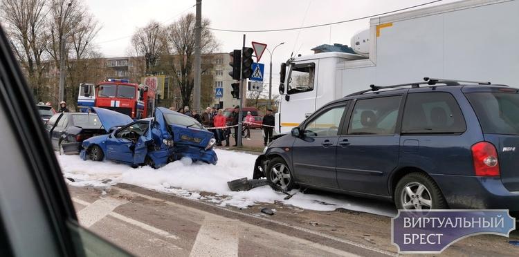 """Пять автомобилей собрали в """"паровозик"""" на Волгоградской. Пострадал человек"""