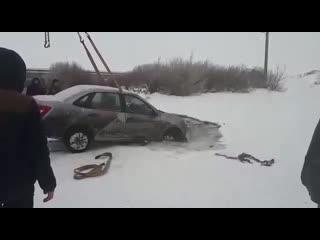 Машина ушла под лед.