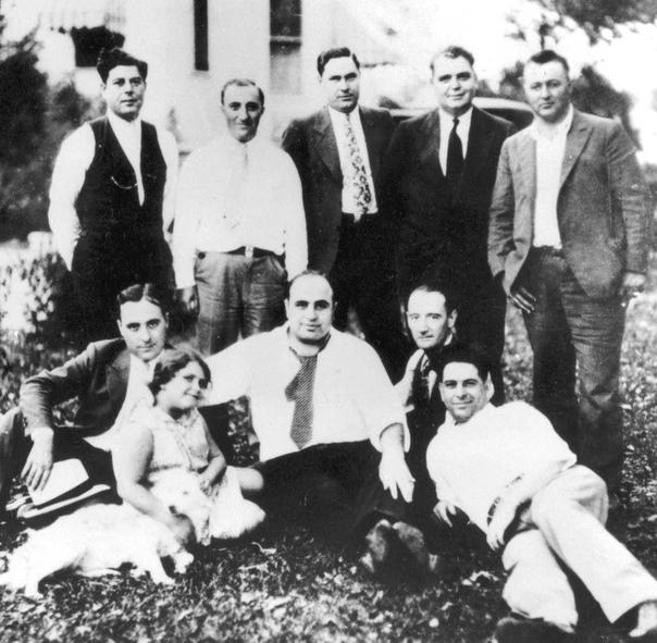 Уилли Хини сидит справа от Аль Капоне.