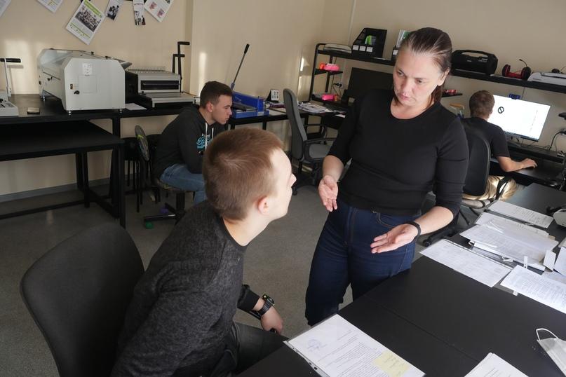 Педагог Екатерина Яркова и Рома обсуждают задание