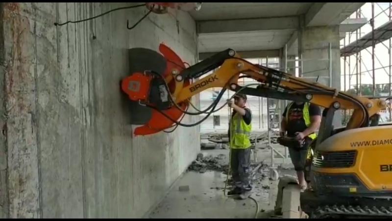 Демонтажный робот Brokk 170 с дисковой пилой