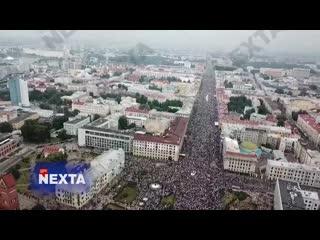 Жители Минска у площади Независимости.  [NR]