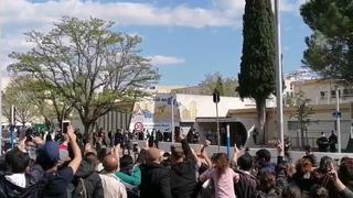 """D'autres images à Montpellier d'habitants et de gilets jaunes du quartier criant """"Macron Démission"""""""
