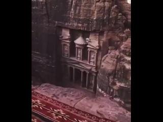 Древний город Петра в Иордании был построен еще в 5 веке до нашей эры.  Он известен своей высеченной в скале архитектурой и сист