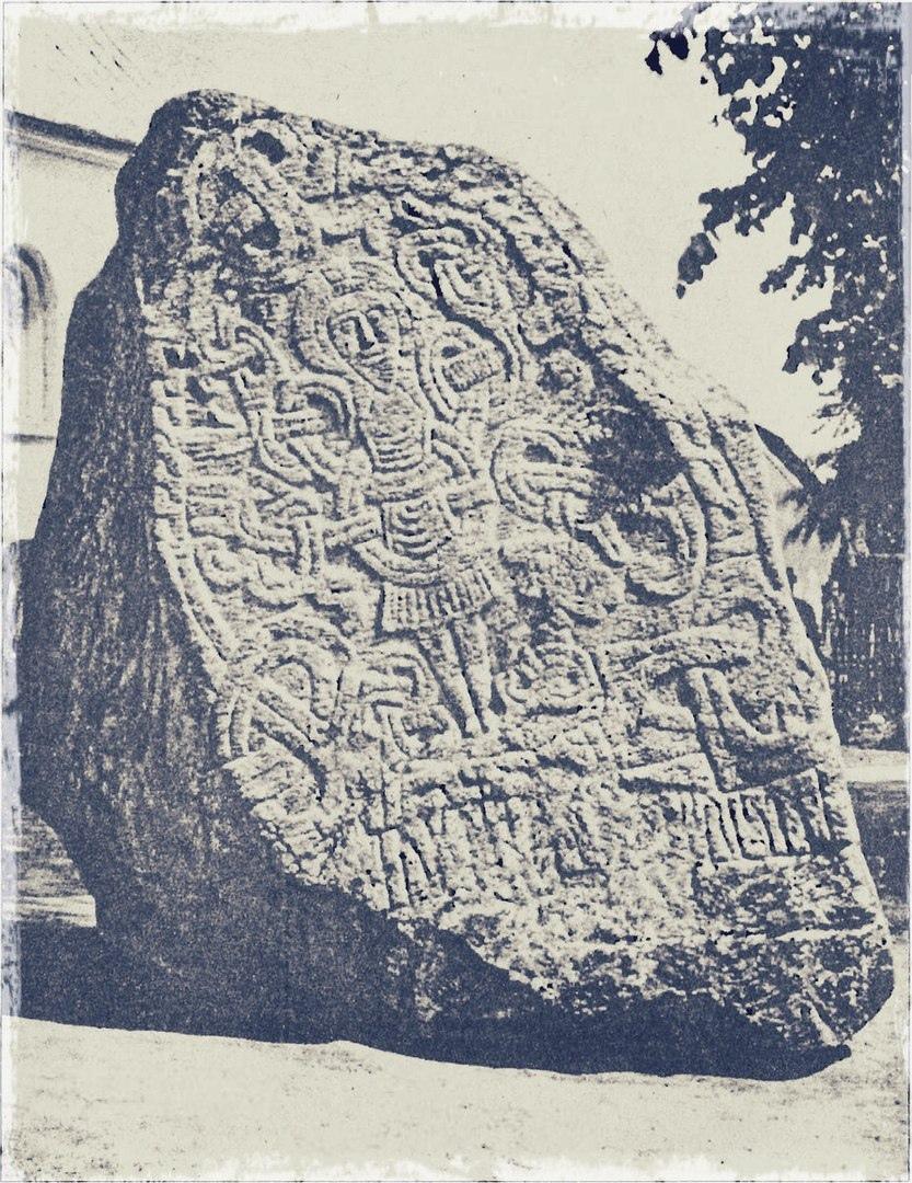 Еллингский камень, редких пример изображения Распятого Христа, ок. 980 г
