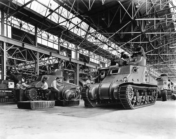 1941 год. США. Сборка средних танков М3 «General Lee» на сборочной линии завода корпорации «Chrysler».