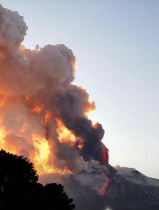 В Италии на Сицилии началось извержение вулкана Этна