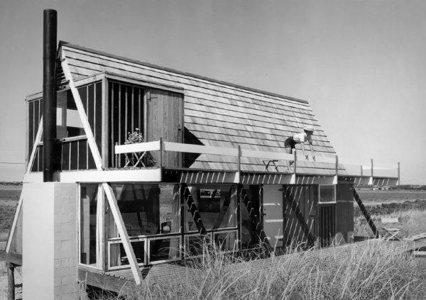 Дом Риза, где хозяйка Бетти наслаждается видом с балкона. Бриджхэмптон, Нью-Йорк, 1955–57. Фото Эндрю Геллера Архив