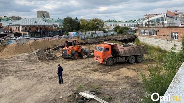 В центре Омска наконец-то начали засыпать котлован...
