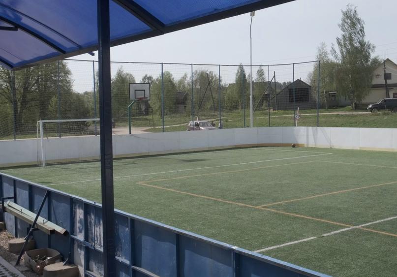 Как вам такой футбольный корт в деревне?