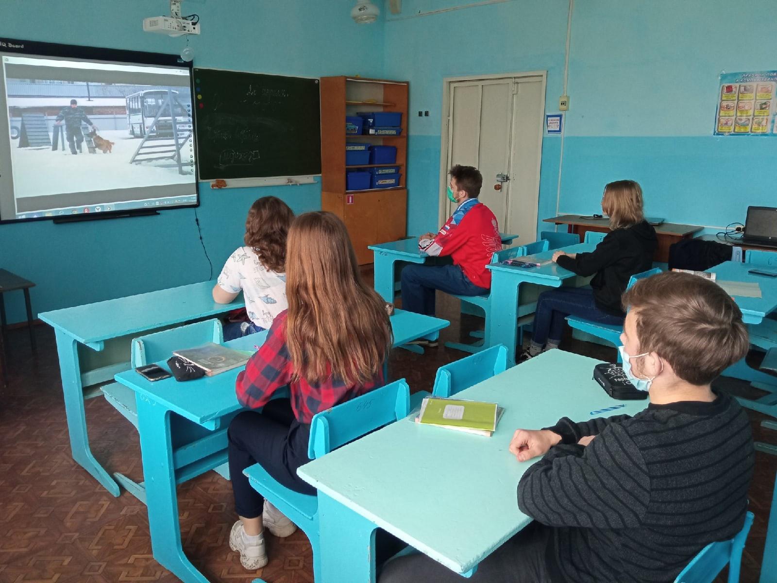 Обучающиеся смотрят кино