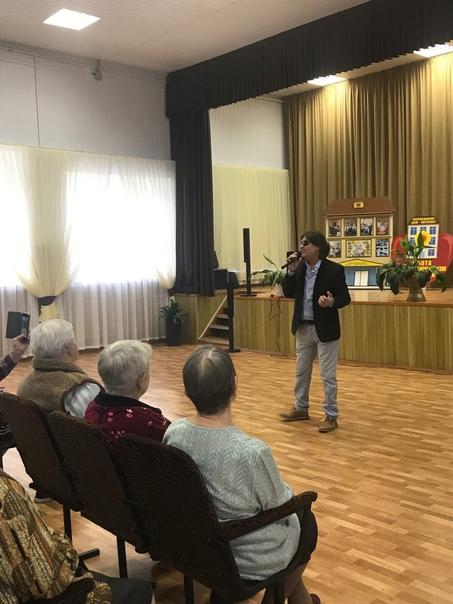 29 сентября, в предверии Международного Дня пожилых людей, специалисты и солисты МБУ РДК порадовали жителей