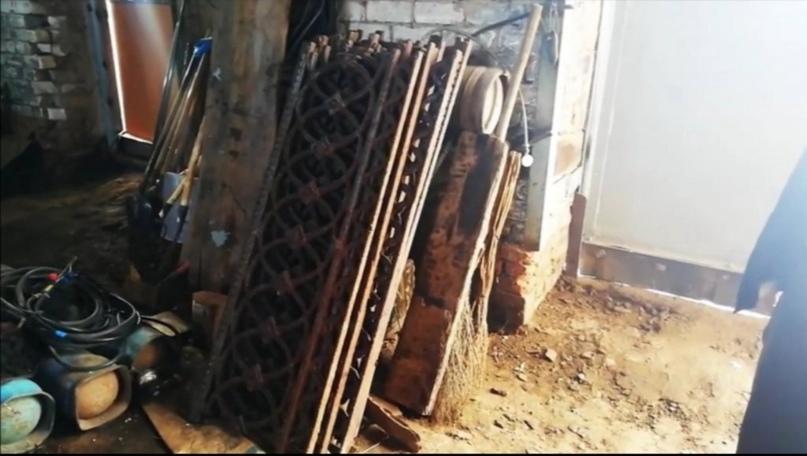 В Красногвардейском районе местные жители начали разбирать забор школы на металл