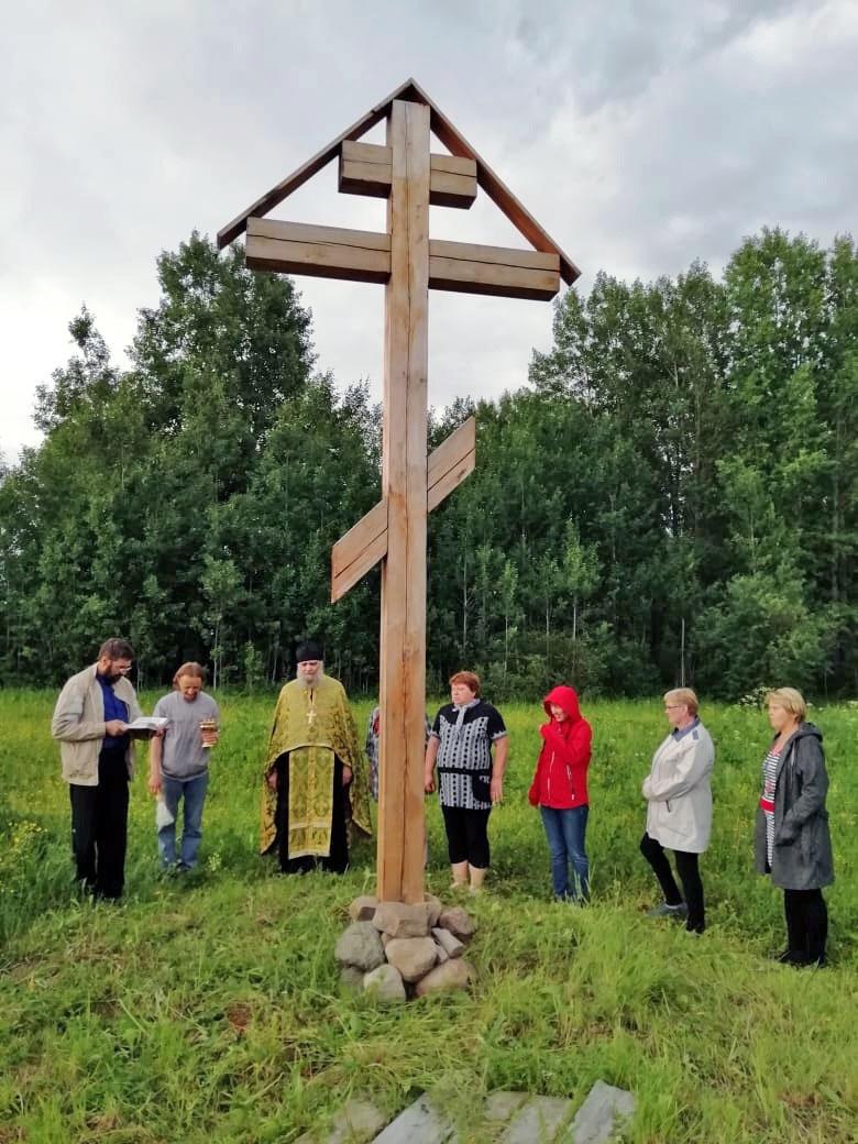 В пинежской деревне с полсотней жителей освятили поклонный крест