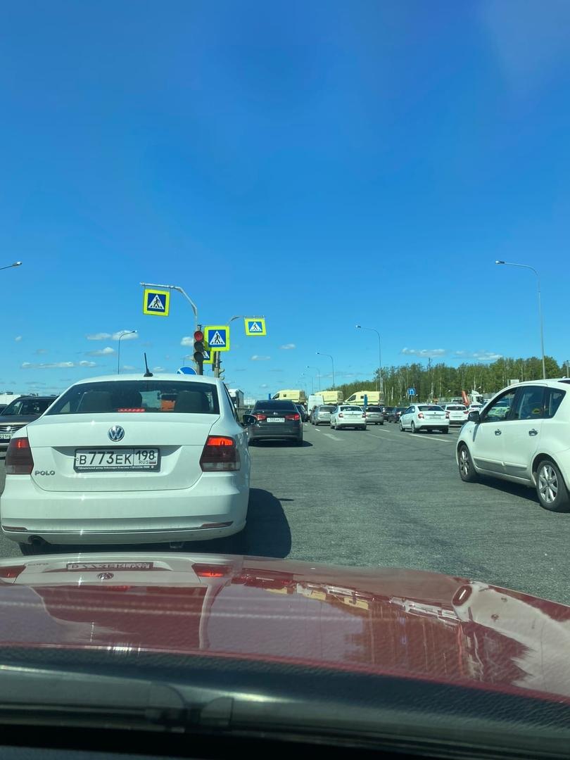 Напротив завода «ниссан» на Комендантском перекрыта дорога. Пробка даже на газоне, перекрыл автовоз ...