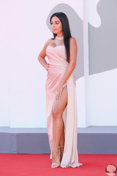 Невеста Криштиану Роналду Джорджина Родригес на Венецианском кинофестивале: два новых образа
