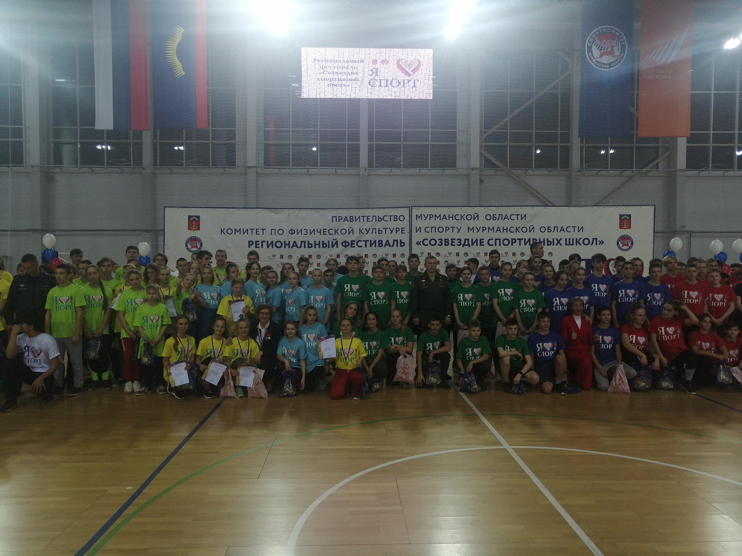 13 декабря в Мурманском легкоатлетическом манеже состоялся региональный Фестиваль «Созвездие спортивных школ», на котором присутствовали делегации 40 спортивных школ со всей области.