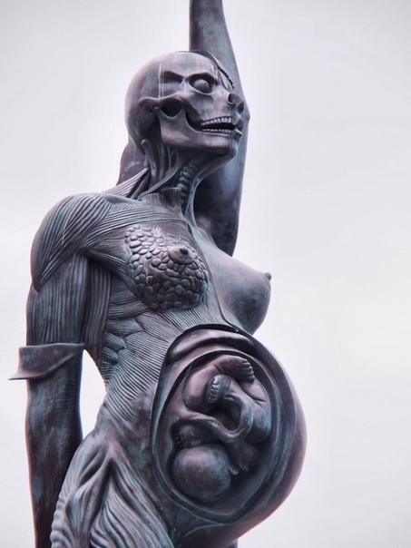 «Верити» (Истина), Дэмьен Херст 20-метровая статуя беременной женщины работы Дэмьена Херста украшает прибрежный английский курорт Ильфракомб. По словам Херста, она является «современной
