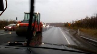 Укладка асфальта в дождь по дороге в Росляково около Сороки.