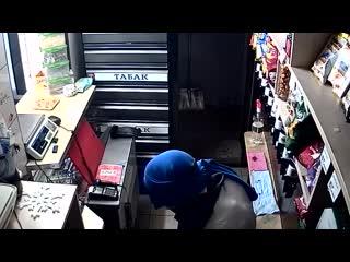 Пьяный преступник с кофтой на голове ограбил магазин