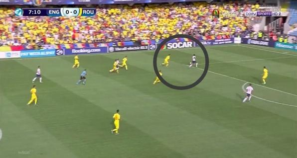 Йону приходится разворачиваться еще раз после неудачной попытки перехвата, английский нападающий уже с мячом в штрафной.